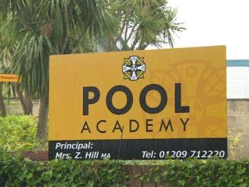 Cartel de Pool Academy, la escuela en la que estudiaba la joven que se suicidó