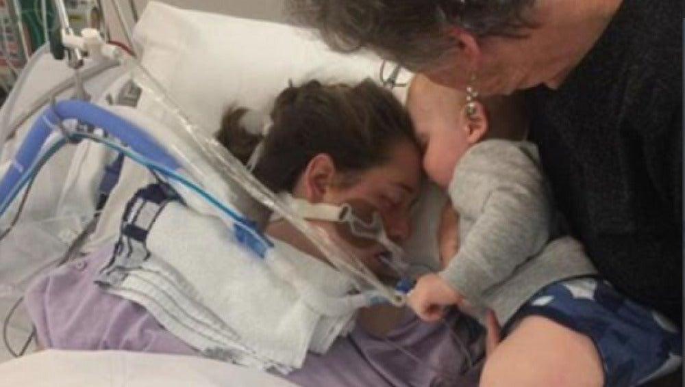 Último beso de un bebé a su madre