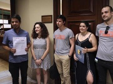 El diputado de Podemos Segundo González y junto a otros compañeros de partido en el Congreso