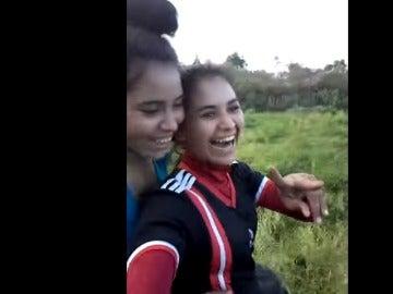 Las dos hermanas sobre el tractor