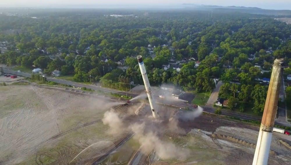 Demolición de una chimenea de 70 años
