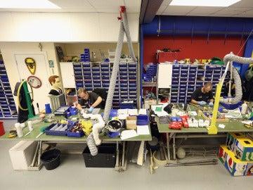 Trabajadores construyendo legos