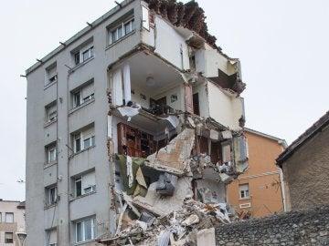 Parte del edificio desalojado esta mañana en la calle de El Sol, de Santander