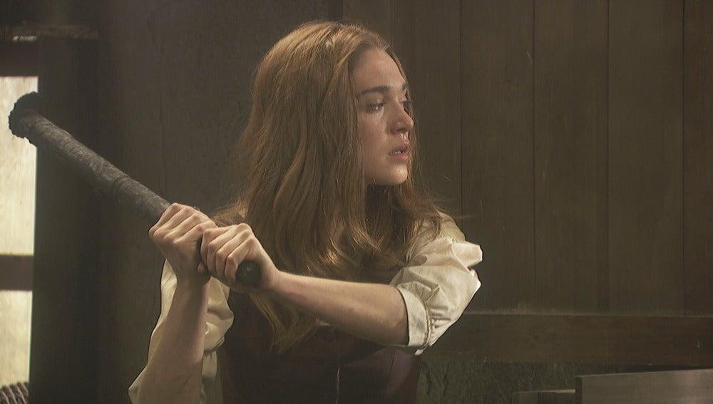 Julieta se alarma al escuchar que alguien se acerca al lugar del incendio