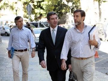 Zoilo Ruiz-Mateos, su abogado y su hermano Pablo Ruiz-Mateos a su llegada a la Audiencia de Palma el pasado lunes con motivo de la vista de medidas cautelares