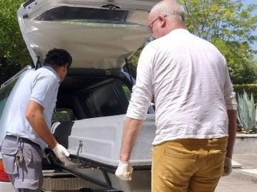 Unos operarios de la funeraria trasladan el féretro con el cadáver de Miguel Blesa