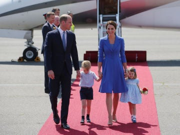 Los Duques de Cambridge llegan con sus hijos a Berlín