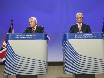 El ministro británico para la salida del Reino Unido de la UE, David Davis (izq), y el negociador comunitario, Michel Barnier (dcha) en la segunda ronda de negociaciones sobre el 'brexit'