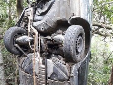 Un coche tras precipitarse por un barranco