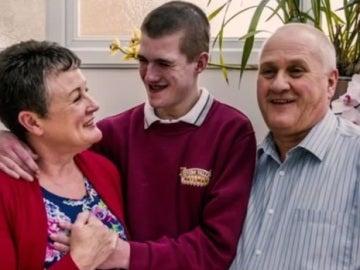 Liam Derbyshire junto a sus padres