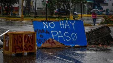 Manifestantes opositores bloquean una calle