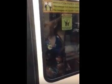 Mujer en el metro de México