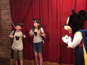 La emotiva reacción de dos hermanos cuando Mickey Mouse les informa de que van a ser adoptados
