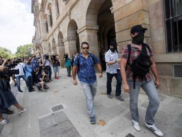Agentes de la Guardia Civil a su salida de la sede de parlamento de Cataluña