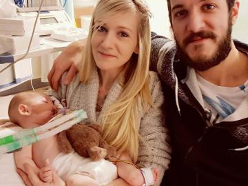 Charlie Gard, acompañado de sus padres