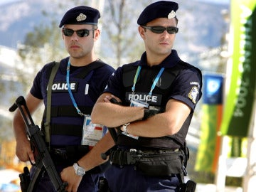 Dos agentes de policía griega