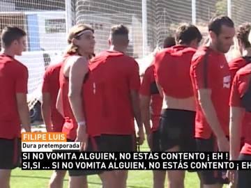 Filipe Luis bromea en el entrenamiento del Atlético de Madrid
