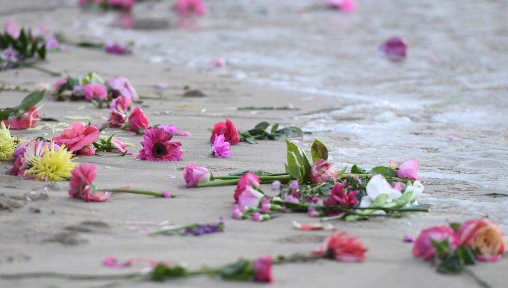 Familiares y amigos se reúnen en la playa Freshwater para hacer una vigilia con velas y flores rosadas en honor a Justine Damond, en Sídney
