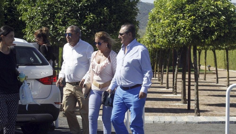 Familiares de Miguel Blesa abandonan el tanatorio de Córdoba después de la incineración del cuerpo falelcido