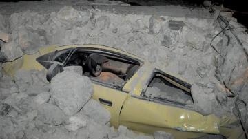 Un coche atrapado por los escombros tras el terremoto en Grecia