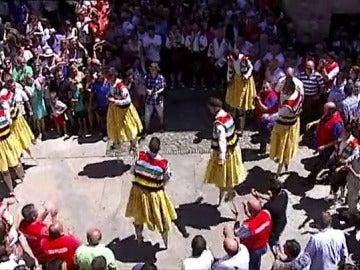 Los danzadores de Anguiano cumplen con la tradición de girar sobre sus zancos