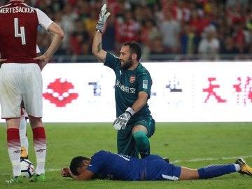 Pedro tirado en el suelo durante el Chelsea-Arsenal