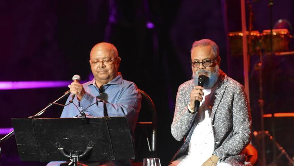 Los cantautores cubanos Pablo Milanés (i) y Pancho Céspedes