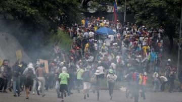 Manifestantes opositores se enfrentan a la Guardia Nacional Bolivariana