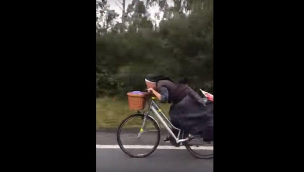 La monja polaca circulando a gran velocidad por el Camino de Santiago