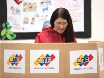Cilia Flores votando