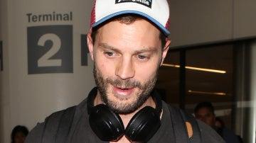 Jamie Dornan llega solo al aeropuerto