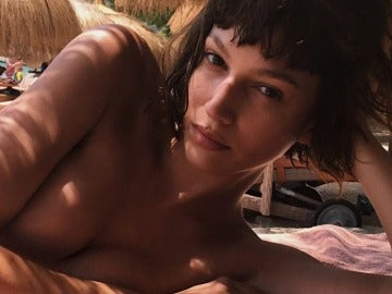 Úrsula Corberó se atrevió con un posado en topless y sin maquillaje durante sus vacaciones en Mallorca
