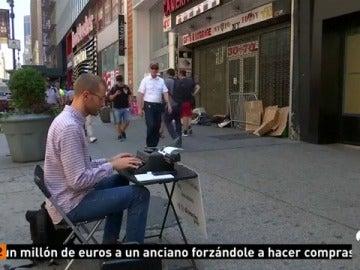 Un poeta callejero lleva diez años en Nueva York ofreciendo sus versos a cambio de una pequeña aportación