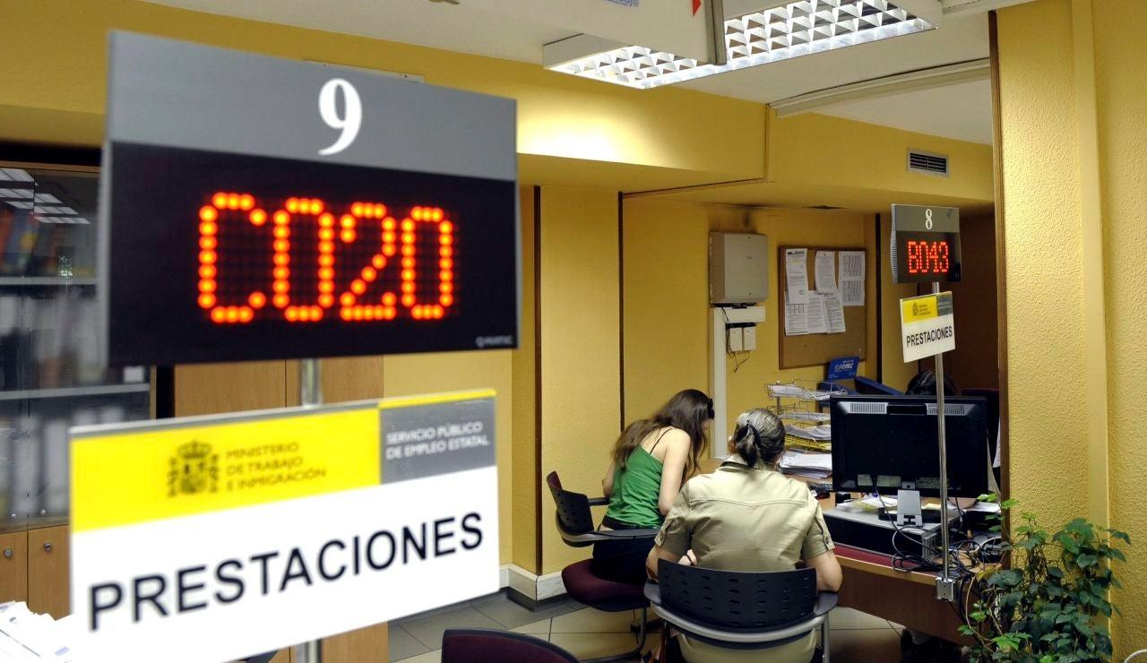 Dos personas son atendidas en una oficina de desempleo.