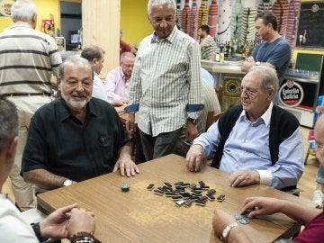 Los empresarios Carlos Slim (i) y Olegario Vázquez Raña (d) juegan una partida de dominó en un bar de Avión (Ourense)