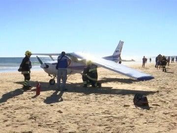 Mueren una niña de 8 años y un hombre de 30, golpeados por una avioneta en una playa cercana a Lisboa