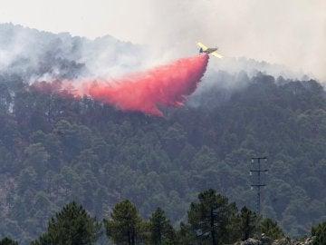 El fuego de Yeste sigue sin control y trabajan en su extinción 54 medios y 344 personas