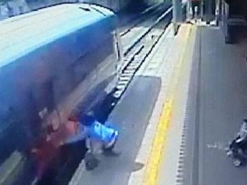 Malik, atrapada en las puertas del tren y arrastrada
