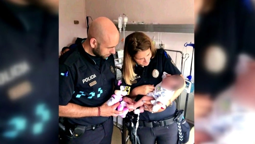 Dos policías salvan la vida de una niña de un mes que se quedó sin respiración