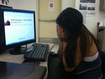 Menor frente a un ordenador