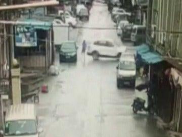 Un conductor inexperto atropella a un peatón