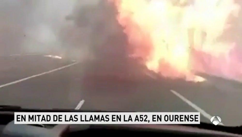 Las intensas llamas seguían ardiendo esta noche en la localidad de Verín, en Orense, creando un...