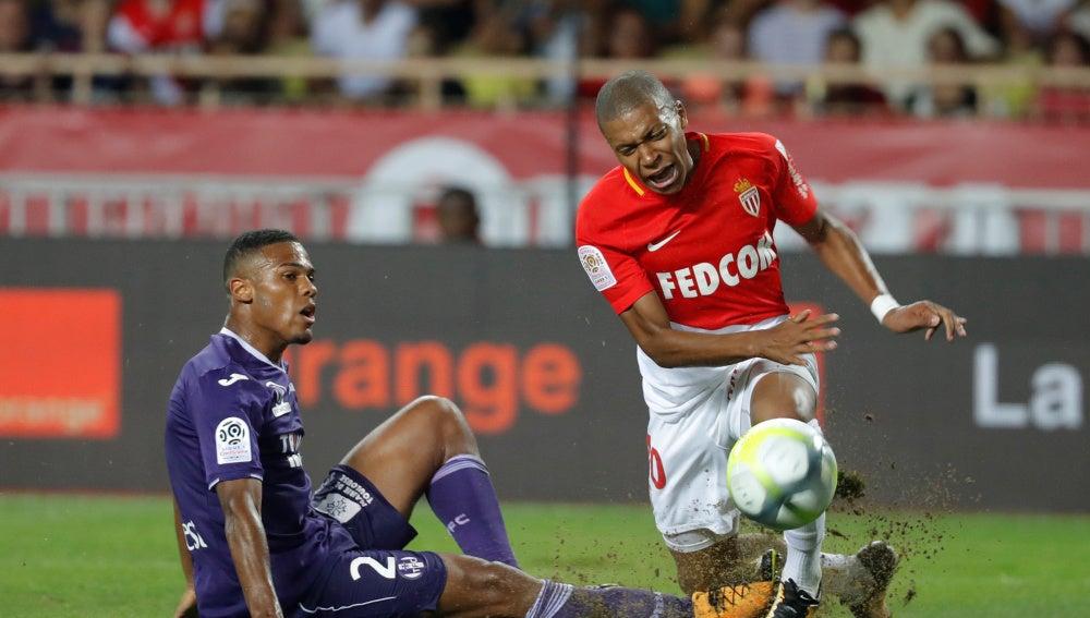 Mbappé sufre una entrada durante el partido