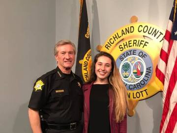 Jordan Dinsmore con un agente de policía