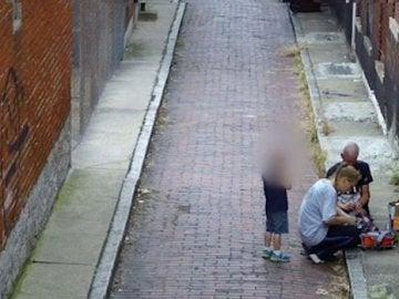 Una madre es grabada inyectándose heroína delante de su hijo de cuatro años