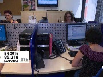 Así se trabaja en el 016, el teléfono desde el que se apoya a las mujeres maltratadas y a sus conocidos