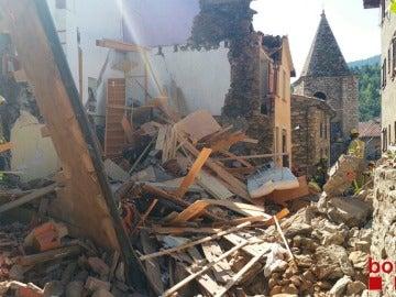 Rescatan a dos persona atrapada en la casa de Girona derrumbada