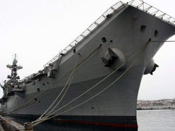 El portaaviones Príncipe de Asturias en el arsenal militar de Ferrol durante el acto en el que fue dado de bala, en diciembre de 2013
