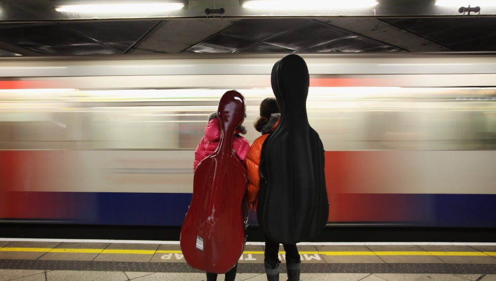 Gente esperando en el Metro de Londres