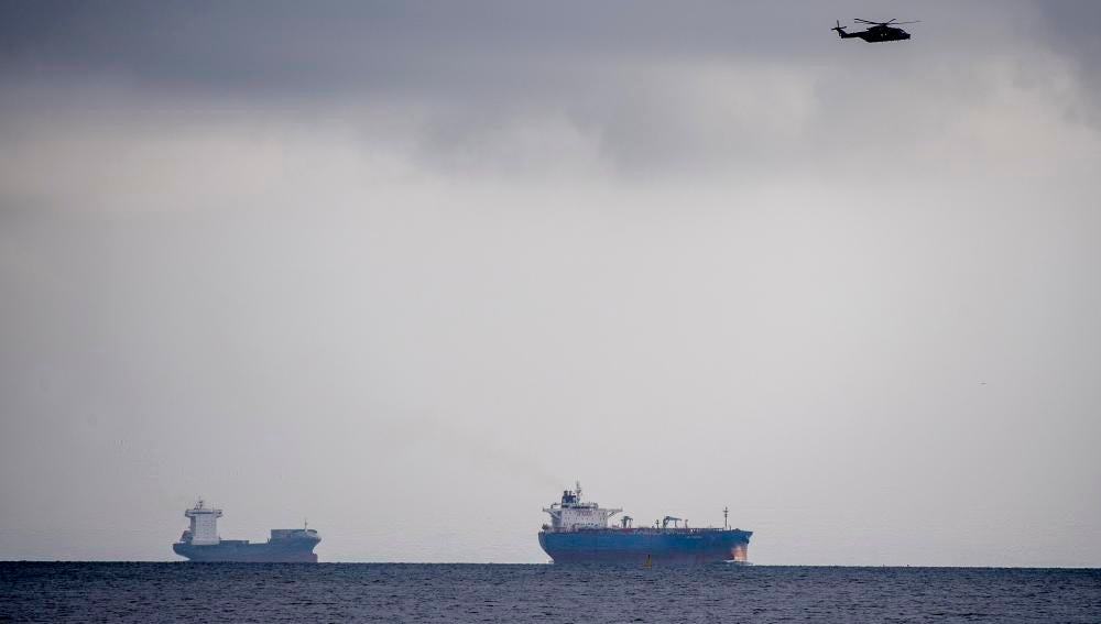 Un helicóptero sobrevuela los alrededores del puerto de Copenhague